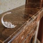 камин из коричневого искусственного камня